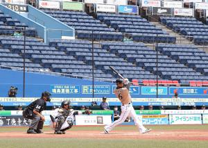無人のスタンドをバックに、中前に先制の適時打を放った中田翔
