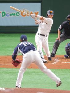 2回2死二塁、右前適時打を放つ大城卓三(投手は高橋光成=カメラ・宮崎 亮太)