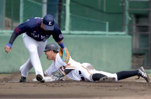 2回2死二塁、打者・山本泰寛のとき捕手からボールが逸れた間にヘッドスライディングで三塁進塁した田中貴也(三塁手・佐藤龍世)