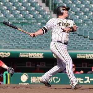 4回無死一塁、ジャスティン・ボーアが右越えへ2ラン本塁打を放つ(捕手・会沢翼、カメラ・岩崎 龍一)