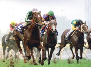 98年安田記念で不良馬場をものともせず圧勝したタイキシャトル(左)