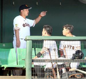 試合後に(手前左から)山瀬、伊藤に話をする阿部2軍監督