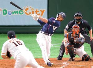 3回1死、菅野(左)から右越えにソロ本塁打を放つスパンジェンバーグ
