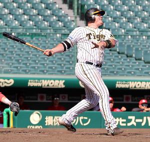 4回無死一塁、ボーアが右越えに2ラン本塁打を放つ(カメラ・岩崎 龍一)