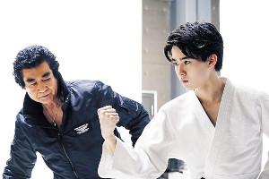 初の親子共演をした藤岡弘、(左)と藤岡真威人
