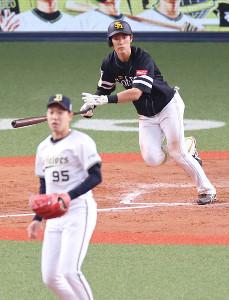8回2死一、二塁、中前の勝ち越し適時打を放つ上林(投手・神戸)