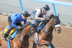 ルメールが騎乗し美浦Wコースで追い切ったアーモンドアイ(右)