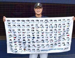似顔絵グッズ第2弾の販売が決まり、笑顔を見せる日本ハム・木田投手コーチ(球団提供)