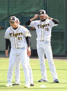 試合前にサングラスをかけなおす藤浪晋太郎(右)(左は望月)