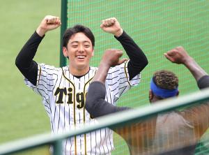 誕生日を迎えた小川一平は、オネルキ・ガルシア(右)に祝福され笑顔を見せた