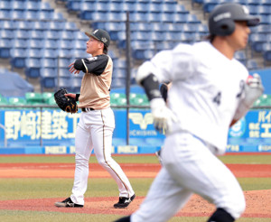 7回1死二塁、藤岡裕大(右)に右越え2ラン本塁打を浴びた吉田輝星