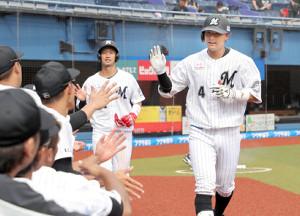 7回1死二塁、右越えに2ランを放った藤岡裕大(右)