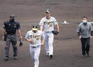 5回1死一塁、ベンチに戻る藤川球児