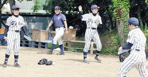 弓桁監督(左から2人目)が見守る中、スリッパでキャッチボールするナイン