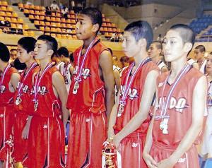 仙台89ERS・笹倉怜寿(右から2人目)は富山市立奥田中で八村(同中央)とチームメートだった