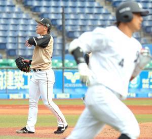 7回1死二塁、ロッテ・藤岡(右)に右越え2ランを浴びた吉田輝