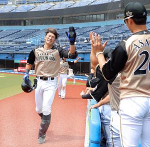 1回無死一塁、左越え2ランを放ちナインとエアタッチをする大田(カメラ・越川 亘)
