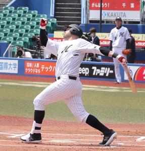1回2死一塁、左越えに2ラン本塁打を放ったレアード(カメラ・越川 亘)