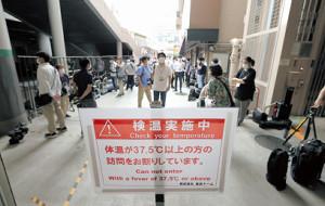 東京ドームでの練習試合が中止となり、球場入り口前で待機する報道陣(カメラ・宮崎 亮太)