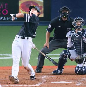5回、左中間にソロ本塁打を放つソフトバンク・柳田