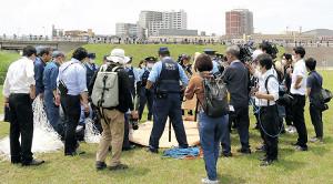 河川敷は警官や報道陣でごった返し、土手にも多くのギャラリーが詰めかけた