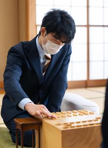 2手目を指す藤井聡太七段