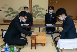 永瀬拓矢2冠(左)を破り挑戦権を獲得した藤井聡太七段(代表撮影)