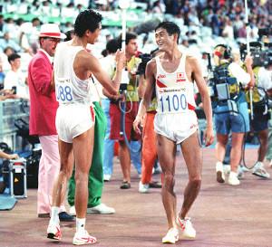 男子マラソンのゴール後に笑顔で話す中山竹通(左)と谷口浩美(カメラ・関口 俊明)