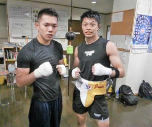 2か月半ぶりの本格スパーリングを行った中谷潤人(右、左はパートナーを務めた碇瑠偉)