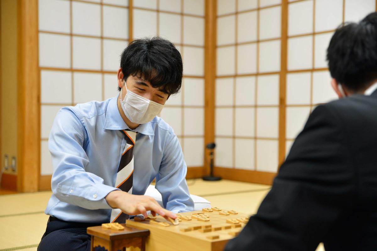 永瀬2冠(手前)を破った藤井七段(日本将棋連盟提供)