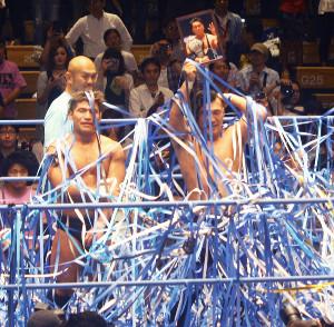昨年6月18日、後楽園ホールでの青木篤志さん追悼セレモニーでは、青い紙テープが舞う中、盟友・佐藤光留が遺影を掲げた