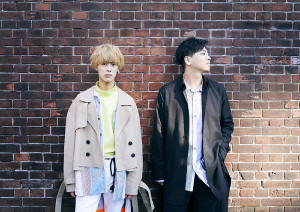 ITSUKI(右)とNARITOによるボーカルデュオ「all at once」。日本で唯一の恋愛の神様をまつる福岡・恋木神社とコラボが決まった