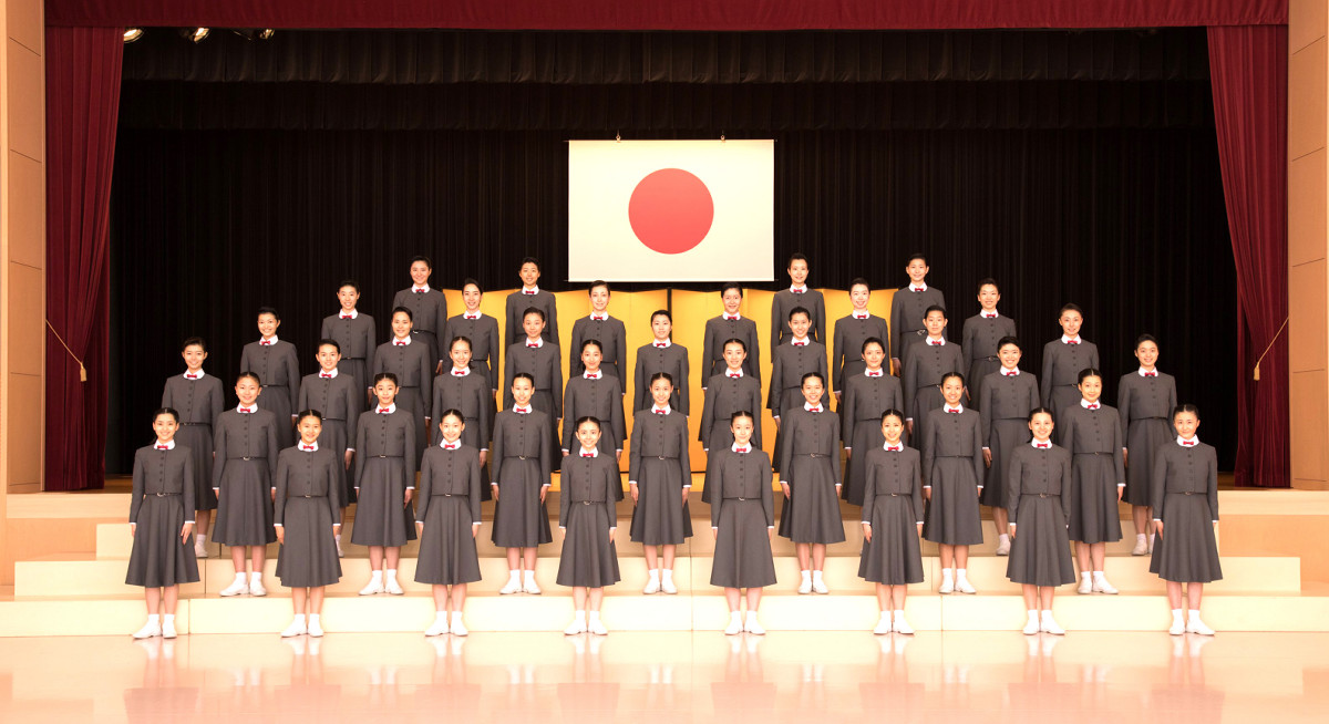 第108期生の入学記念撮影は生徒間の距離を置いて行われた(宝塚音楽学校提供)