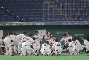 試合前に円陣を組む巨人ナイン(カメラ・相川 和寛)