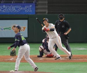 3回2死一、二塁、岡本和真が右越え3ラン本塁打(投手・小川泰弘、捕手・中村悠平)(カメラ・相川 和寛)