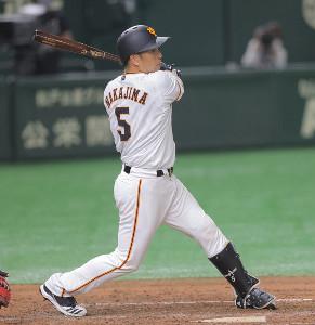 5回2死満塁、中島宏之が2点適時二塁打を放つ(カメラ・橋口 真)
