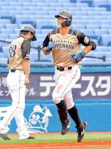 会心の逆転弾を放ち笑顔で三塁を回った大田