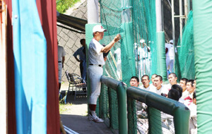試合後、太田監督の話を聞く秋田商の選手たち