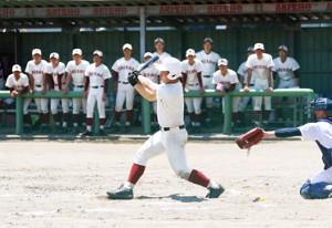 8回に右中間へ二塁打を放つ秋田商・三浦主将