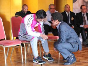 18年4月、計量に失敗した比嘉大吾(左)をなぐさめる具志堅会長