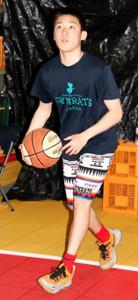 スペインにバスケット留学している岡田(カメラ・塩沢 武士)