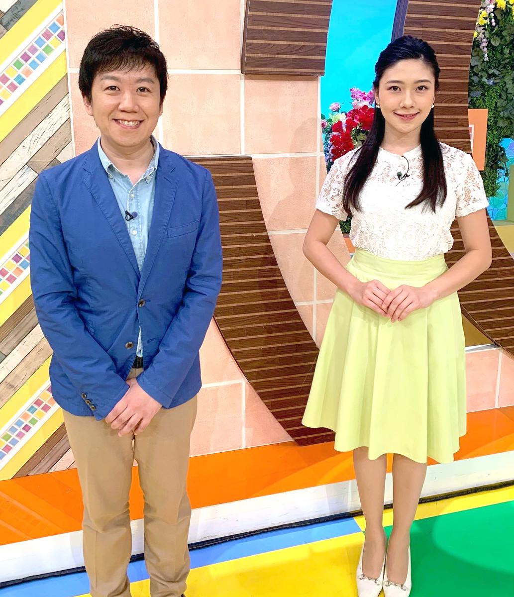 画面デビュー直前に緊張した表情をみせる静岡朝日テレビの松田アナ(右)と気象予報士の渡部さん