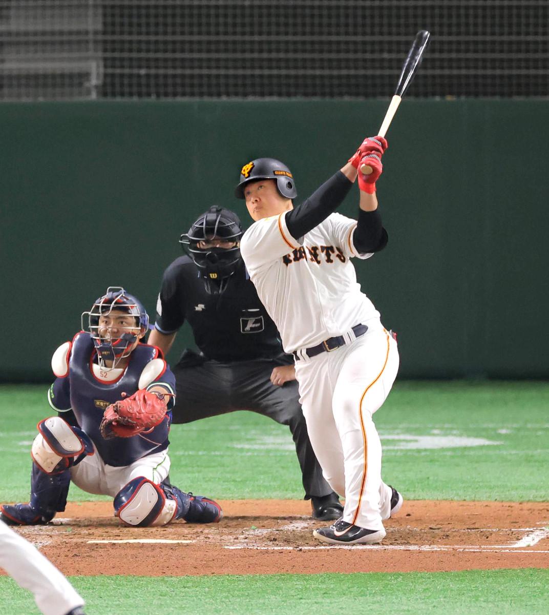 3回2死一、二塁、右越えに決勝3ランを放った岡本(捕手・中村=カメラ・相川 和寛)