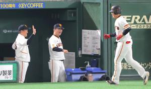3回、3ランを放った岡本をエアタッチで迎える原監督(左)(中央は元木ヘッドコーチ)