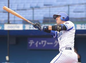 1回無死一塁、左越えに先制2ランを放つソト(カメラ・泉 貫太)