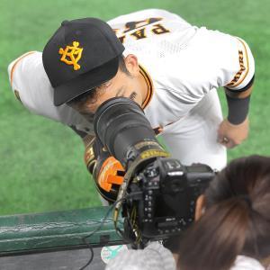 試合前、カメラマンのレンズに顔をくっつけてのぞき込むパーラ