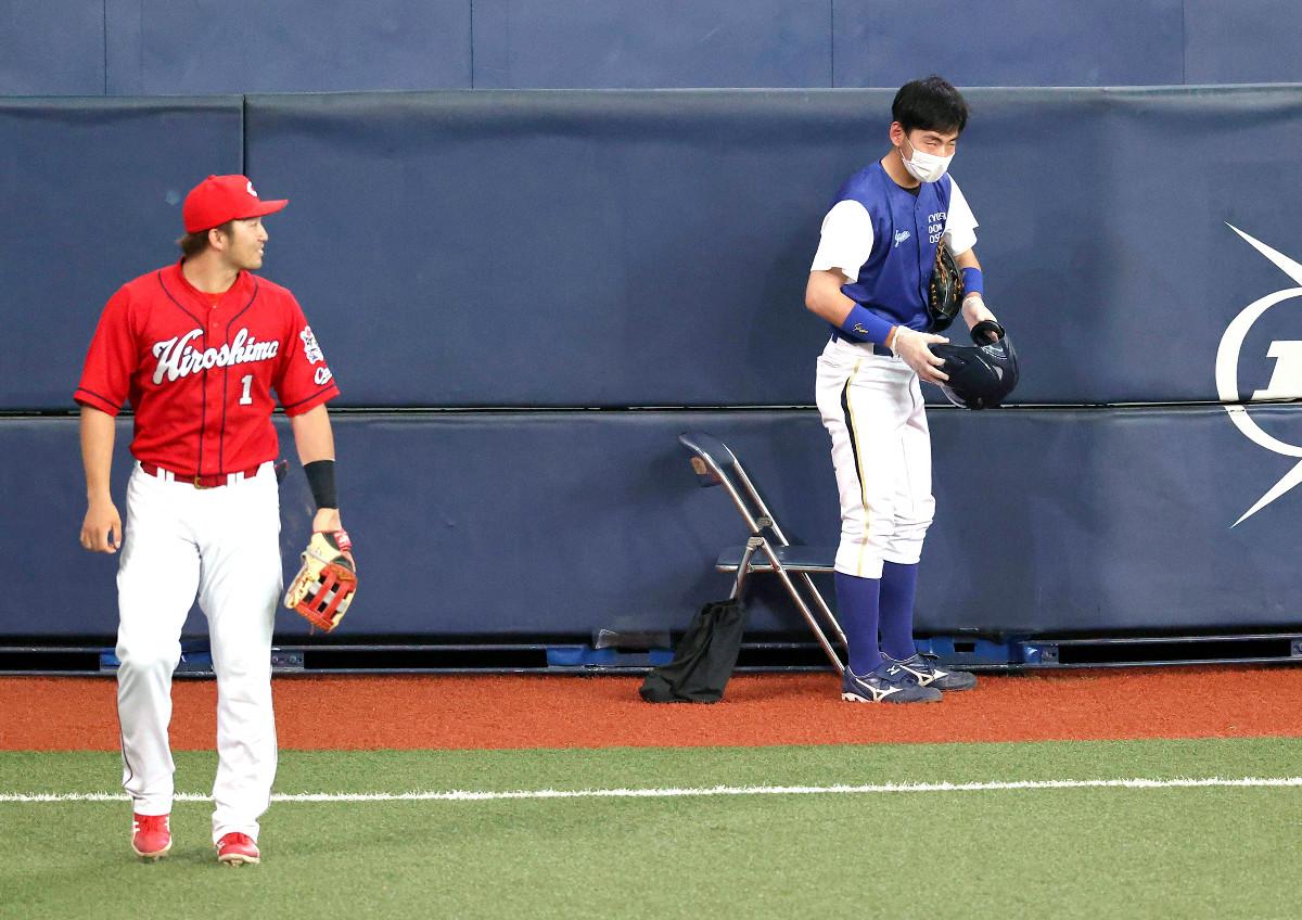ジョーンズの打球を捕球してしまい、気まずそうな表情を見せるボールボーイ。右翼手・鈴木も苦笑い