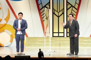 大阪・なんばの「よしもと漫才劇場」の無観客ネット配信での公演再開で、衝立越しに離れて漫才を披露したミルクボーイの駒場孝(左)と内海崇(吉本興業提供)