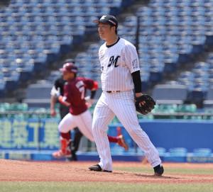 2回無死、鈴木大地(左)に二塁打を浴びる美馬学