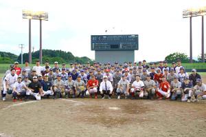 花巻東の現役メンバー、指導者らは集まった約40人のOBと記念撮影を行った(カメラ・長井 毅)